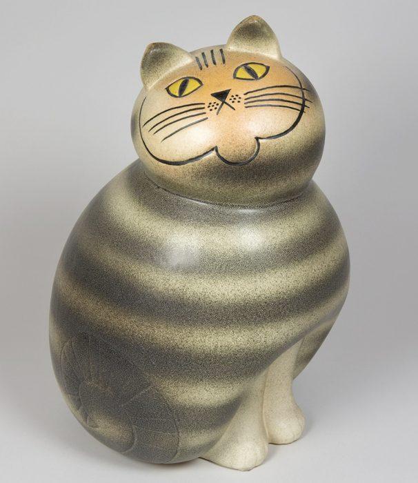 《ネコのミア(大きな動物園シリーズ)》 1990年(オリジナルは1966年)陶器 鋳込み成形© Lisa Larson/Alvaro Campo